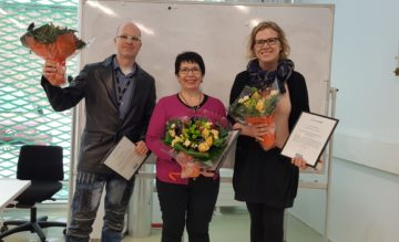 Digi.ope -palkinnon voittajat poseeraavat iloisina kukkien ja kunniakirjojen kanssa.