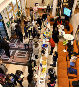 Kuva messutapahtumasta, jossa paljon ihmisiä katselemassa tarjoiluja.