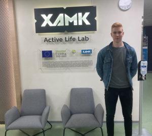 Nuori mies seisoo Active Life Labin tiloissa.